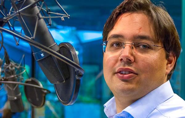 Daniel Bouhs im radioeins-Sendestudio