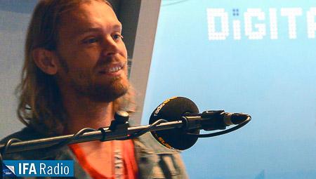 Ingo Pohlmann wippt den Kopf im Takt zur eigenen Musik