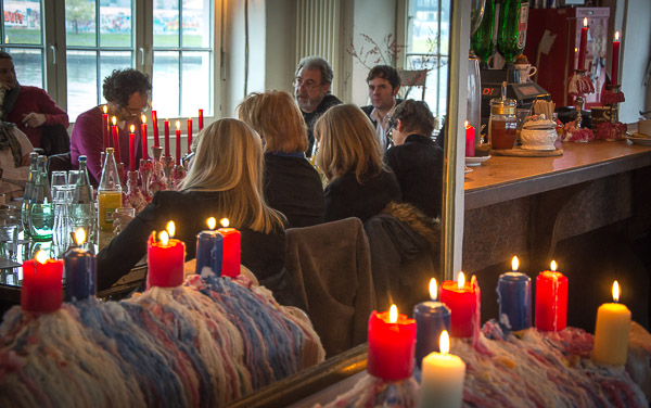 Pressekonferenz bei Kerzenlicht