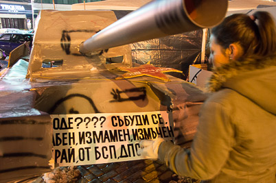 Mit Kunstpanzer friedlich protestieren