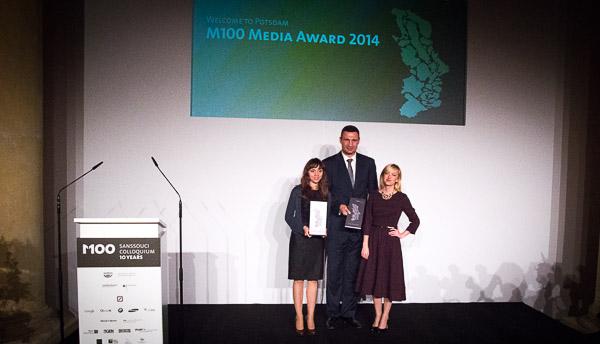 M100 Media Award Preisträger Vitali Klitschko und Vertreterinnen der ukrainischen Gruppe YanukovychLeaks