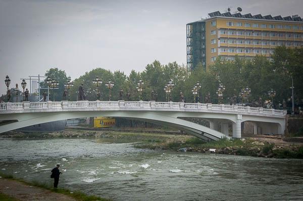 Tagungshotel mit typischer Brücke in Skopje