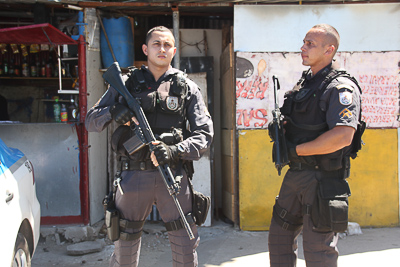 Schwerbewaffnete Polizei in der Favela