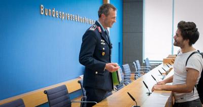 Oberstleutnant Uwe Roth im Gespräch mit Tilo Jung nach der BPK