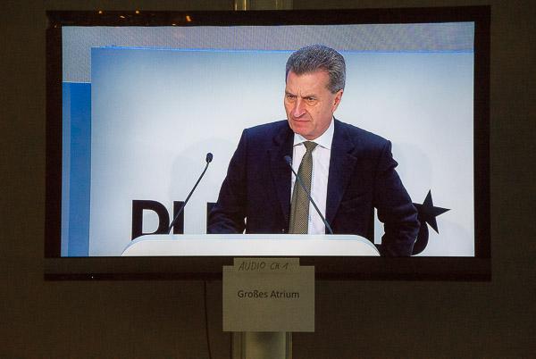 Günther Oettinger auf dem Screen im DLD Media Center