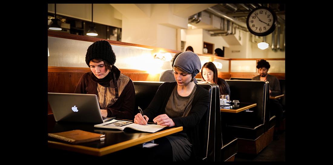 Caterina und Amrai in einem Tokioter Café - digital und analog