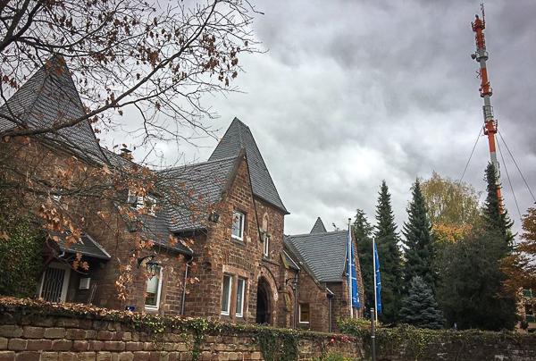 Schloss Halberg mit Sendemast beim SR | Foto: © Werner Lange
